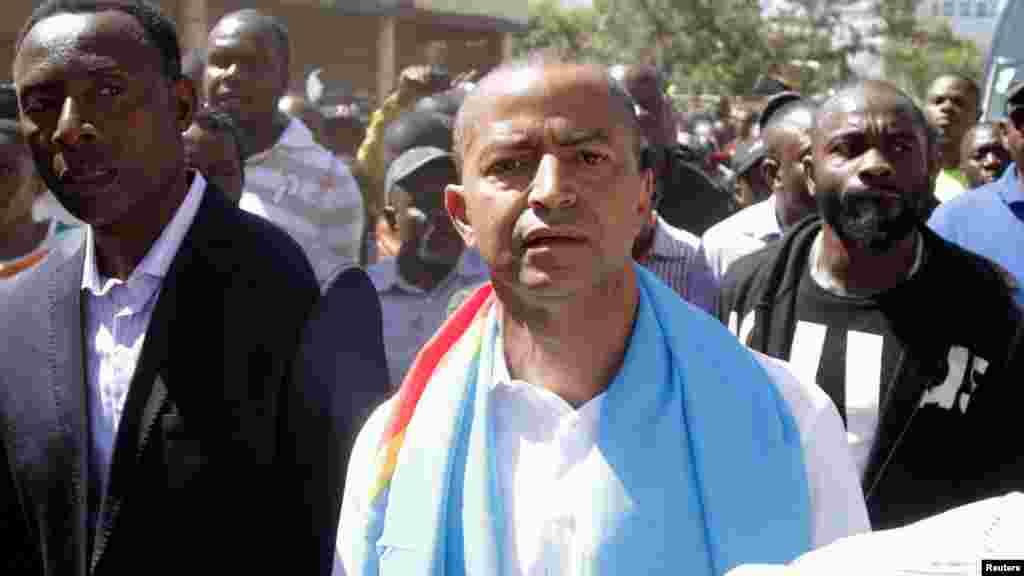 Les partisans de Moise Katumbi l'ont escorté jusqu'au bureau du procureur avant d'être dispersés par la police, le 11 mai 2016.