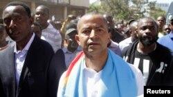 L'opposant congolais Moïse Katumbi, candidat déclaré à la présidentielle, se dirige vers le Parguet général de la République accopmagné d'une foule de ses partisans à Lubumbashi, RDC, 11 mai 2016.