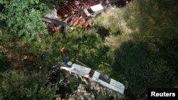 一辆巴士从一条主要高速公路坠下15米的悬崖