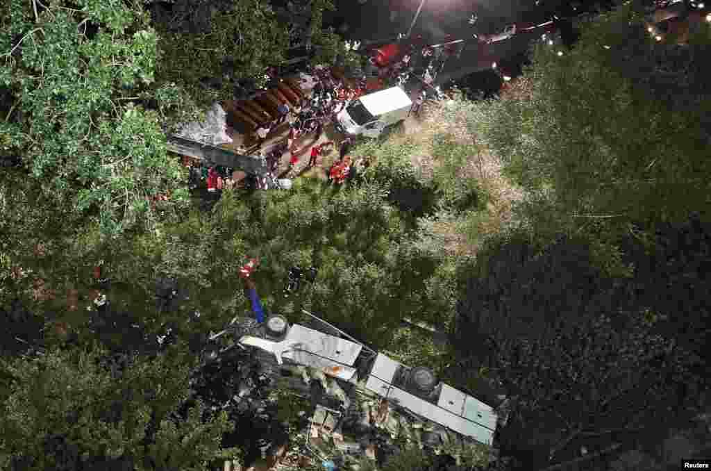 Un autobús se despeñó de la autopista por la cual transitaba el domingo 28 de julio cerca de Avellino, Italia.