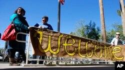امریکایی ها در شهرهای مختلف از مهاجرین سوری استقبال میکنند