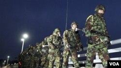 Para anggota marinir Korea Selatan melakukan patroli di Pulau Yeonpyeong, Korea Selatan, Senin 6 Desember 2010.