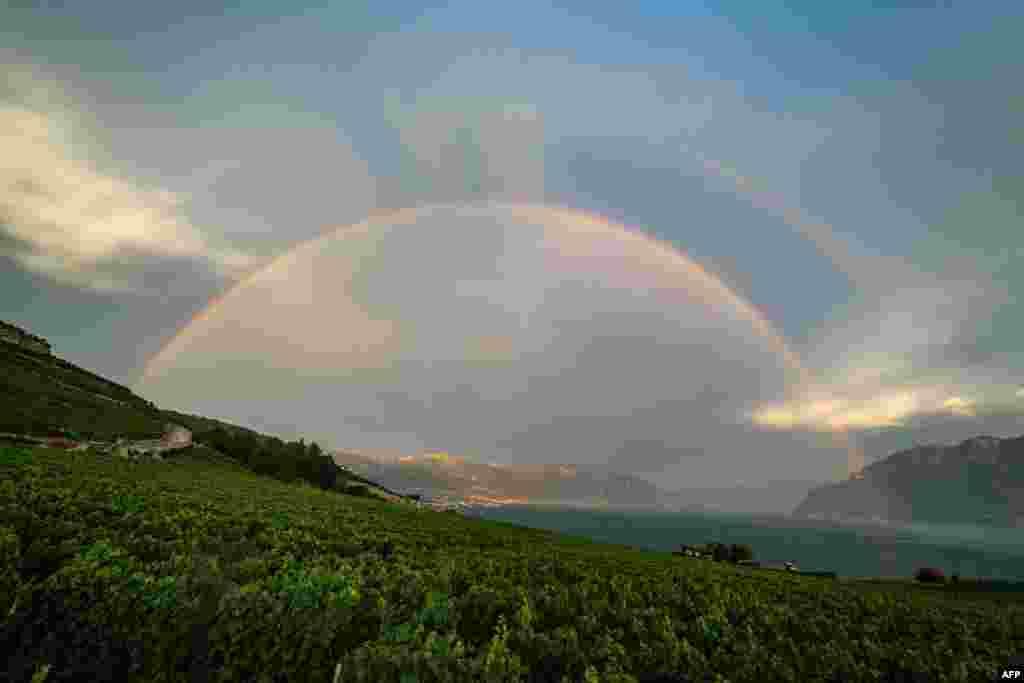 نمایان شدن رنگین کمان در آسمان سوئیس