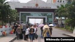 Cửa khẩu Móng Cái. Nhiều cư dân ở tỉnh Móng Cái của Việt Nam hàng ngày vẫn qua lại làm việc tại thành phố Đông Hưng ở Trung Quốc.