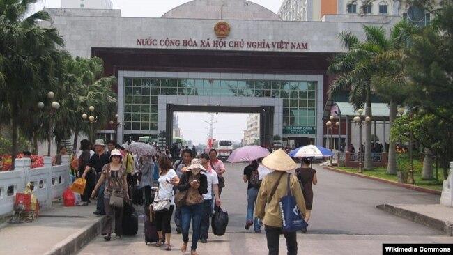 Du khách Trung Quốc tại Cửa khẩu Móng Cái.