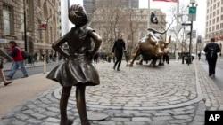 Patung 'Fearless Girl' menghadap ke arah banteng Wall Street di New York (foto: dok).