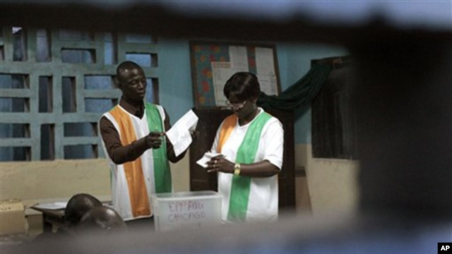 Election officials count ballots in the first round of presidential elections in Abidjan, Ivory Coast (file photo)