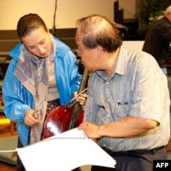 Nhà soạn nhạc Lê Văn Khoa (phải)