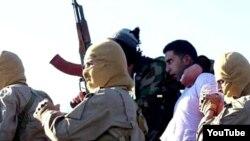 IŞİD'ın medya merkezinden yayınlanan görüntüde militanlar arasındaki beyaz gömlekli kişinin Ürdünlü pilot olduğu belirtiliyor