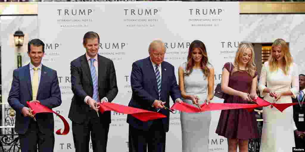 خانواده دونالد ترامپ، کاندید جمهوریخواه ریاست جمهوری آمریکا، در مراسم افتتاحیه هتل جدید در واشنگتن دی سی شرکت کردند. برخی از این نامزد انتخابات انتقاد کردند که میانه کارزار انتخاباتی به کارهای اقتصادی پرداخته اما او از اقدام خود دفاع کرده است.