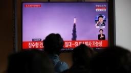 Orang-orang menonton rekaman file siaran TV dari laporan berita tentang Korea Utara yang menembakkan rudal balistik di lepas pantai timurnya, di Seoul, Korea Selatan, 19 Oktober 2021. (Foto: REUTERS/Kim Hong-Ji)
