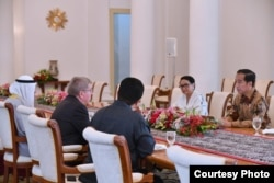 Presiden Joko Widodo (kanan) didampingi Menlu RI Retno Marsudi, berbincang dengan Presiden Komite Olimpiade Internasional IOC Thomas Bach di Istana Bogor, 1 September 2018. (Foto courtesy: Setpres RI)