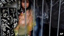 一名女孩在难民营等待救助(2015年10月7日)。