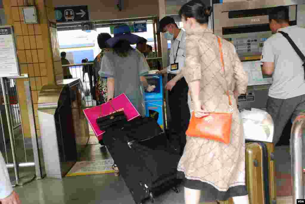 同一日有旅客攜帶比關注組成員更大型的行李,在上水站順利入閘上火車