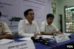 លោក តឹក វណ្ណារ៉ា នាយកប្រតិបត្តិវេទិកានៃអង្គការមិនមែនរដ្ឋាភិបាលស្ដីពីកម្ពុជា NGO Forum ថ្លែងក្នុងសន្និសីទសារព័ត៌មានកាលពីថ្ងៃទី១៧ ខែកុម្ភៈ ឆ្នាំ២០១៧ ស្តីពីការព្រួយបារម្ភរបស់សង្គមស៊ីវិលលើគម្រោងសាងសង់ទំនប់វារីអគ្គិសនីរបស់លោក ឈ្មោះ Pak Beng។ (ស៊ុន ណារិន/VOA Khmer)