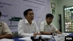 លោក តឹក វណ្ណារ៉ា នាយកប្រតិបត្តិវេទិកានៃអង្គការមិនមែនរដ្ឋាភិបាលស្ដីពីកម្ពុជា (NGO Forum) ថ្លែងក្នុងសន្និសីទសារព័ត៌មានកាលពីថ្ងៃទី១៧ ខែកុម្ភៈ ឆ្នាំ២០១៧ ស្តីពីការព្រួយបារម្ភរបស់សង្គមស៊ីវិលលើគម្រោងសាងសង់ទំនប់វារីអគ្គិសនីរបស់ឡាវឈ្មោះ Pak Beng។ (ស៊ុន ណារិន/VOA)