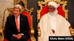 ທ່ານ John Kerry,ຊ້າຍ,ນັ່ງ ກັບທ່ານສຸລະຕານແຫ່ງ Sokoto Sa'adu Abubakar ໃນຂະນະທີ່ຢ້ຽມຢາມ ພະລາດຊະວັງ ໃນ Sokoto, ໄນຈີເຣຍ, 23 ສິງຫາ, 2016.