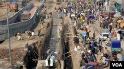 پشاور میں کئی سال سے زیر تعمیر بی آر ٹی کی عدم تکمیل نے شہریوں کی مشکلات میں اضافہ کیا ہے۔