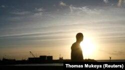 La silhouette d'un homme passe devant le port principal de la capitale des Comores, Moroni, le 3 juillet 2009. (Photo: REUTERS/Thomas Mukoya)
