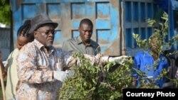 Rais John Magufuli wa Tanzania akishiriki sherehe za miaka 54 ya uhuru wa nchi hiyo kwa kufanya usafi.