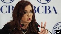 """La presidenta de Argentina, Cristina Fernández habla durante la celebración del 158 aniversario de la Bolsa de Buenos Aires, en la que anunció el pago de los bonos emitidos durante el """"corralito financiero""""."""