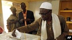 Un homme vote lors de l'élection présidentielle à Dakar, Sénégal, le 26 février 2012.