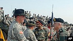 印度和美国军官在演习开始时握手问候
