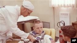 ARSIP – Pada foto yang diambil tanggal 9 Maret 1966, astronot Neil Armstrong duduk selama latihan untuk mengenakan pakaian antariksanya di Cape Kennedy, Florida, dalam persiapan misi penerbangan Gemini 8 (foto: AP Photo/Arsip)