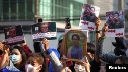Người biểu tình ủng hộ bà Aung San Suu Kyi ở Bangkok, Thái Lan.
