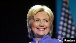 """""""Otra dura verdad en este complejo asunto es que muchos afro estadounidenses temen a la policía"""", dijo Clinton."""