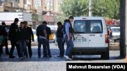 Polisi Turki melakukan pemeriksaan di Diyarbakır (foto: dok).