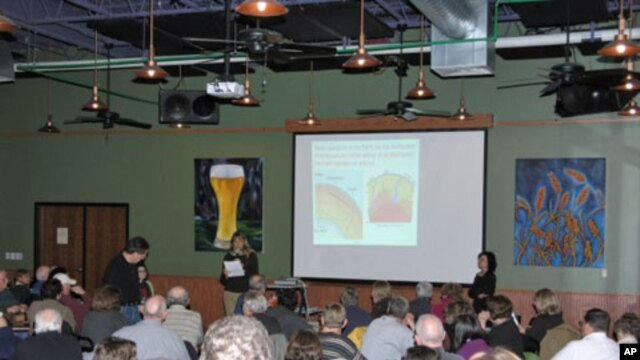 Organizer Cynthia Wichelman introduces a 'Science on Tap' speaker at the Schlafly Bottleworks.