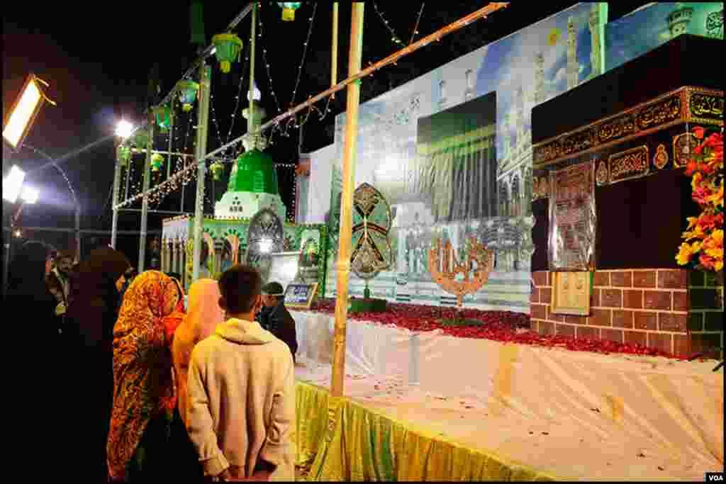کراچی کی نمائش چورنگی ان دنوں رات گئے تک دن کا سماں پیش کر رہی ہے