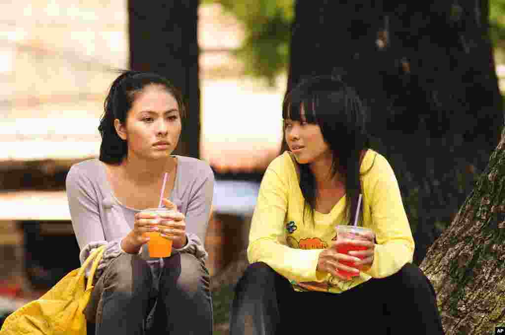 "Mai and Kim talking in the movie ""Saigon Electric"" (Courtesy of Saigon Electric)"