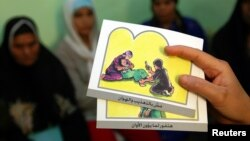 Seorang penyuluh menerangkan bahaya mutilasi alat kelamin bagi perempuan. (Foto: Ilustrasi)