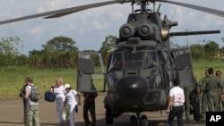 La ex senadora Piedad Cordoba y Gloria Cuartas del Grupo de Paz, arriban a Villavicencio, Colombia, para seguir el operativo.