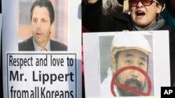 Các nhà hoạt động bảo thủ Nam Triều Tiên cầm ảnh của Đại sứ Hoa Kỳ Mark Lippert (trái) và ảnh của nghi can tấn công ông Lipper bằng dao, ông trong cuộc biểu tình gần Tòa Đại sứ Mỹ ở Seoul, 6/3/15