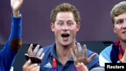 El príncipe Harry durante un partido de volibol en las olimpiadas de Londres.
