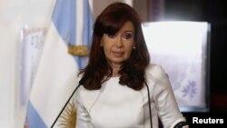 La presidenta Cristina Fernández ha acusado a Griesa de excederse en sus atribuciones y de violar la soberanía argentina.