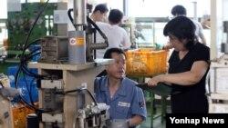 남북한이 개성공단 정상화에 합의한 가운데, 16일 오후 개성공단 입주업체인 인천 대화연료펌프 생산공장에서 근로자들이 밀린 주문량을 소화하기 위해 쉴 새 없이 일하고 있다.