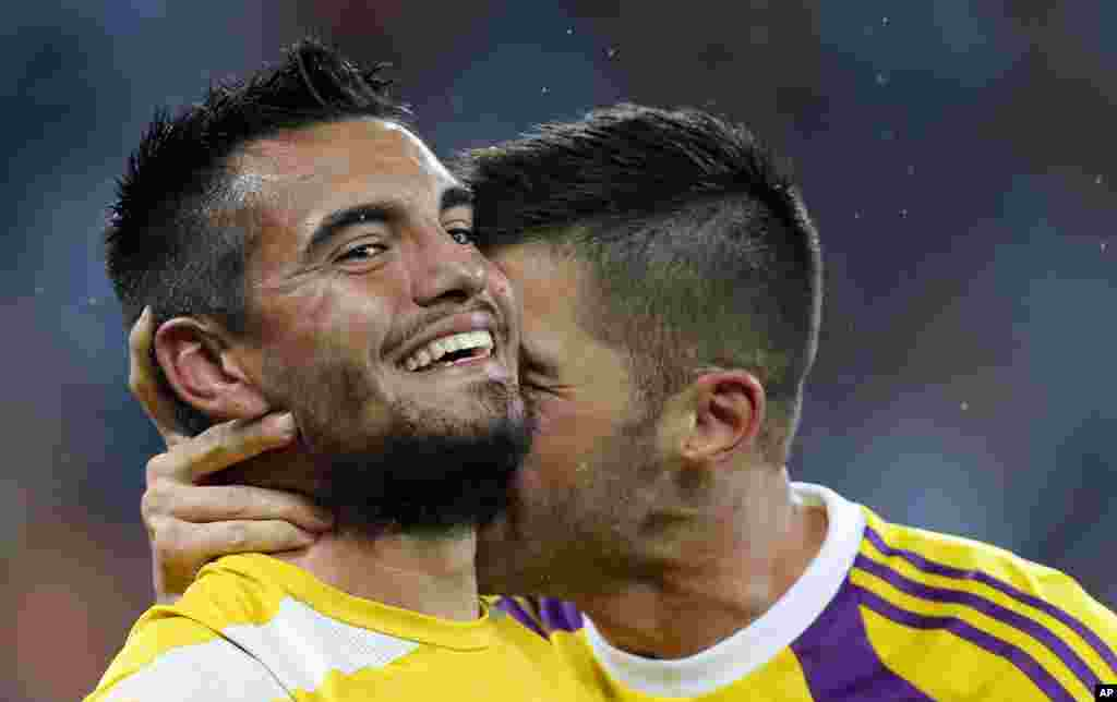 Argentina's goalkeeper Mariano Andujar congratulates goalkeeper Sergio Romero after the World Cup semifinal soccer match between the Netherlands and Argentina at the Itaquerao Stadium in Sao Paulo, Brazil, July 9, 2014.