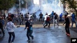 7일 터키 디야르바키르에서 쿠르드 주민들의 시위가 발생한 가운데, 경찰이 시위대에 물대포와 최루가스를 쏘고 있다.