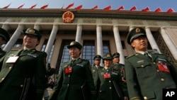 지난 2012년 중국 베이징 인민대회당에서 열린 공산당 회의 개막실을 마치고 나오는 군부 인사들. (자료사진)