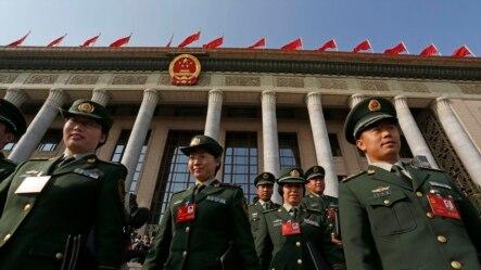 中共十八大开幕式结束后军队代表走出人大会堂(2012年11月8日)。十八大后习近平、王岐山等在军队中大力反腐败