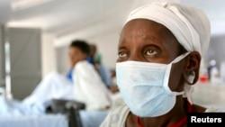 Một bệnh nhân được xét nghiệm dương tính bệnh lao kháng thuốc, XDR-TB, đang chờ đợi điều trị tại một bệnh viện trong vùng nông thôn Nam Phi