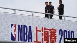 在上海东方体育中心巡逻的保安,这里原定于10月9日举行2019 NBA球迷之夜活动。