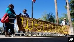 """Arizona shtatida suriyalik qochqinlar tarafdorlari """"Xush kelibsiz!"""" shiori bilan turibdi. 17-noyabr 2015-yil"""