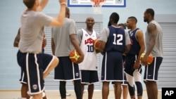 Para pemain tim bola basket Amerika melakukan latihan menjelang pertandingan melawan Perancis di olimpiade London (28/7).