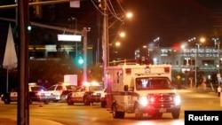 Sebuah ambulans meninggalkan tempat konser setelah penembakan massal di sebuah festival musik di Las Vegas Strip, Las Vegas, Nevada, AS, 1 Oktober 2017.