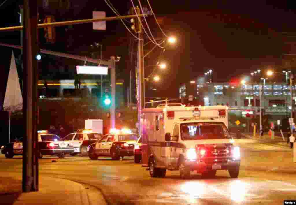 Une ambulance quitte la salle de concert après la fusillade lors d'un festival de musique, à Las Vegas, le 1er octobre 2017.